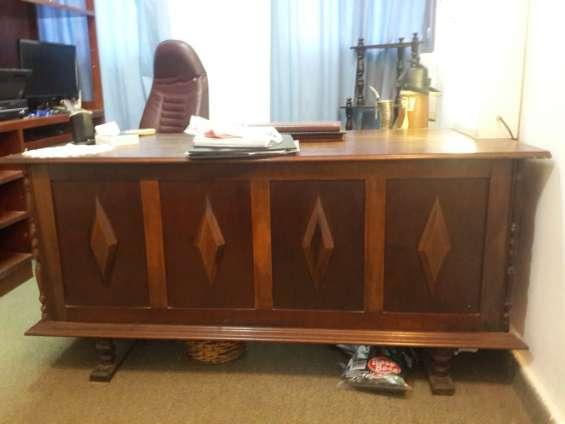 Vendo escritorio ejecutivo antiguo de madera estilo holandés.